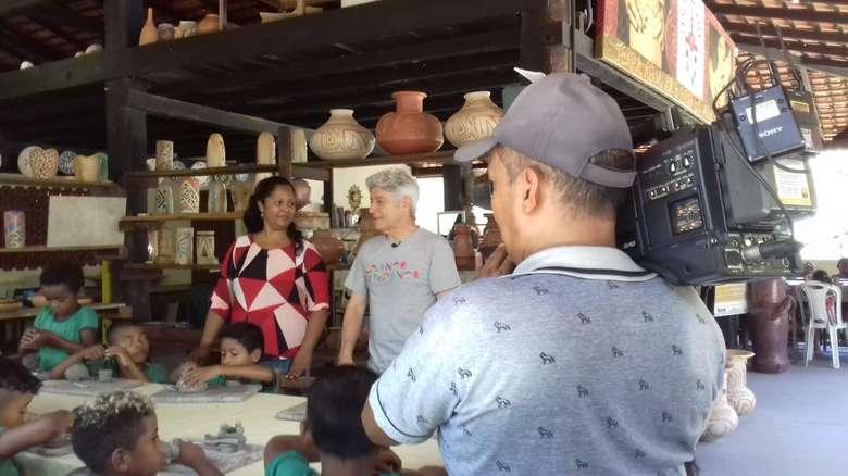 Caco Barcelos visita instituição no Marajó